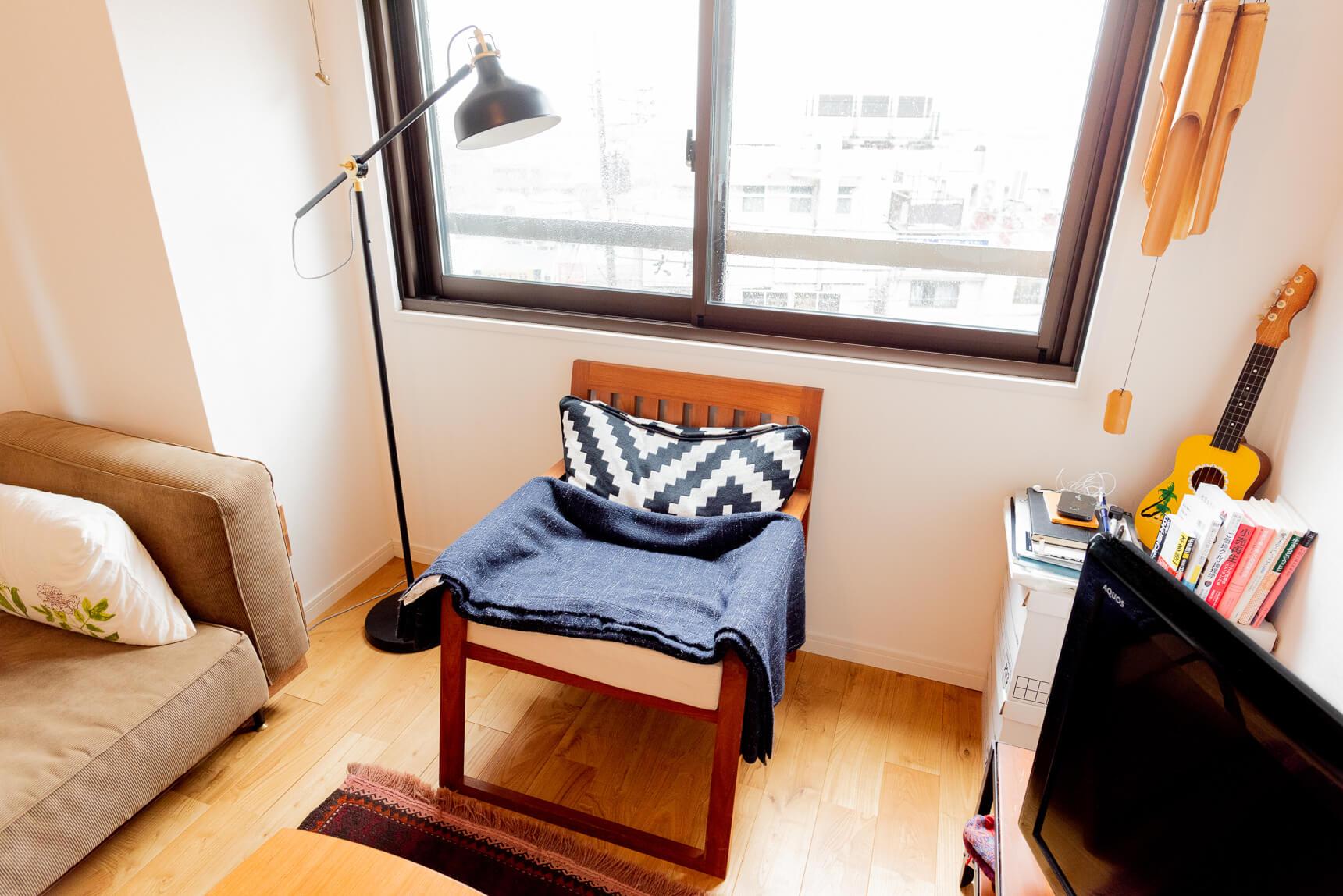 「おたがい椅子が好き」というおふたり。特に窓際に置かれた椅子がとてもかっこいい。ぼくもこれほしい、と思ったら「イス展のオークションで落札したものです」だそうだ。いいなー。