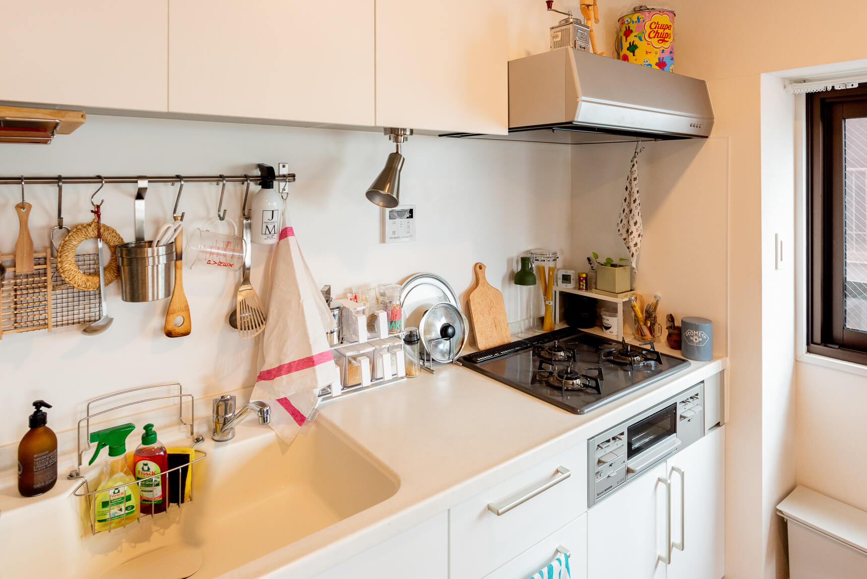 白いキッチンが気に入った、というのは他のgoodroomの部屋でもたびたびきく話。ぼくも見るたびにいいなー、って思う。