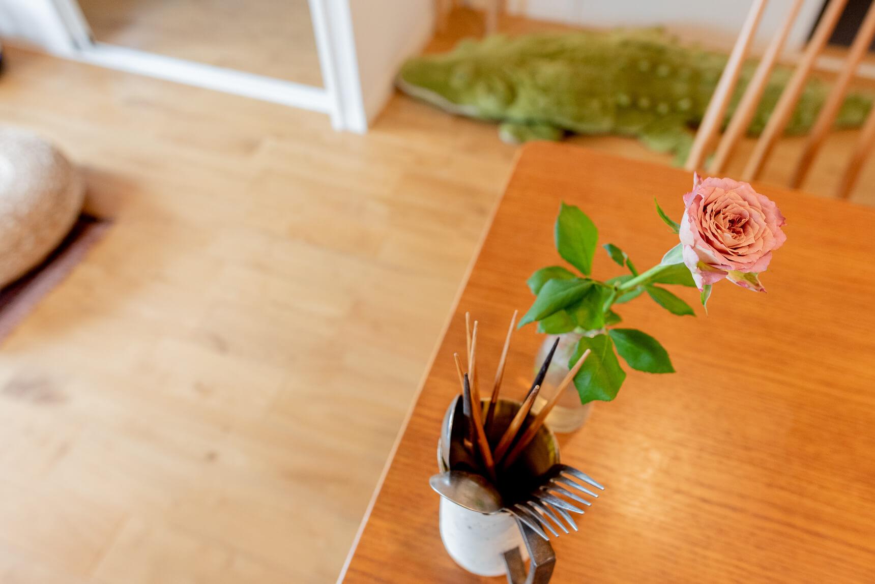 「少しでもガーリーっぽさを、と、部屋のあちこちに花を置いています」と純子さん。花による抵抗運動。すてき。