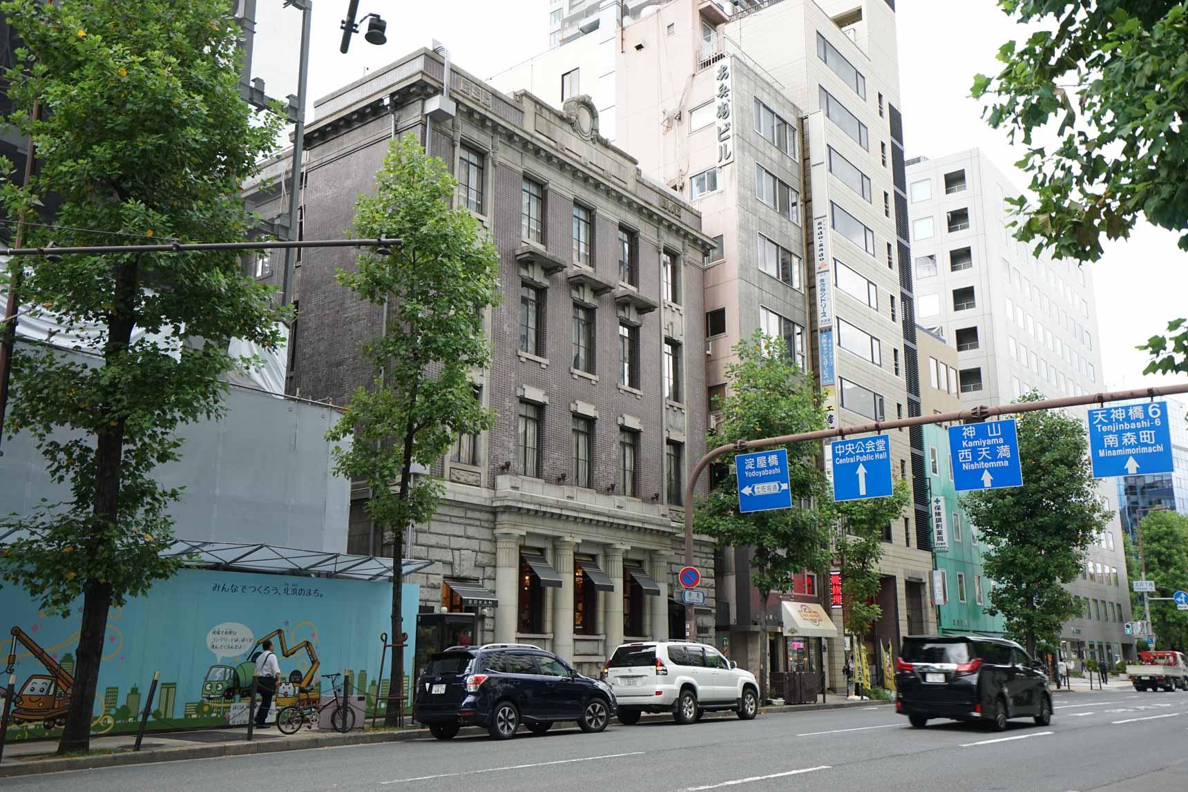 堺筋通りに面して建つ、風格のある建物。