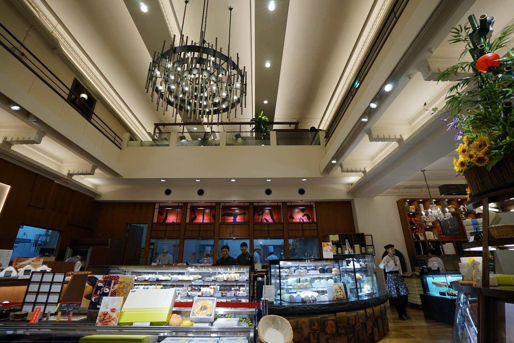 1階は、とても天井の高い、開放的な吹き抜けの空間に、テイクアウトのスイーツがずらりと並びます。