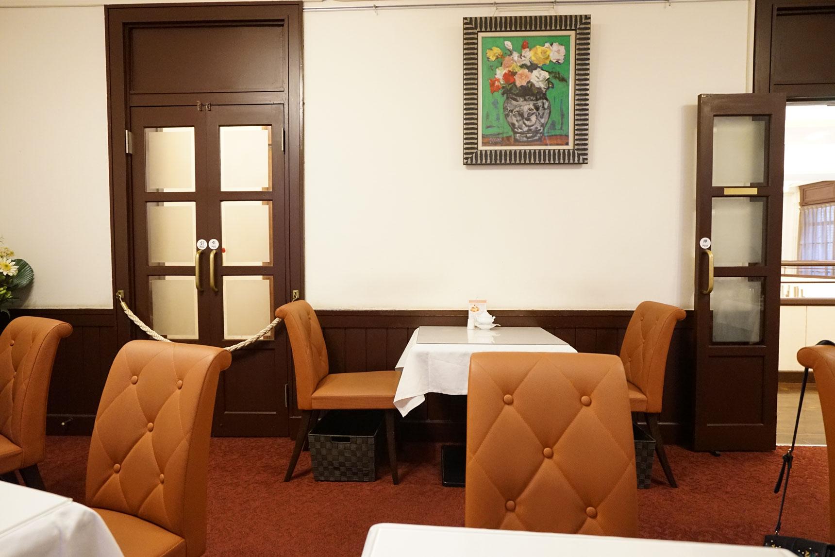 2階には、ロビーを囲むようにしていくつかの応接間のような個室があり、宮殿に招かれたお客さんの気分で、美味しいスイーツをいただけます。