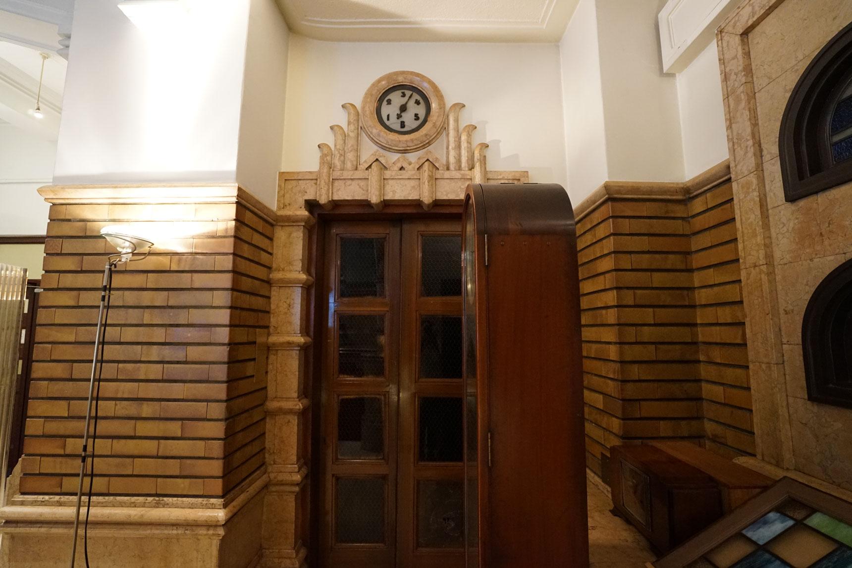 当時のものが保存されているエレベーター。階数表示のホールクロックが見事です。