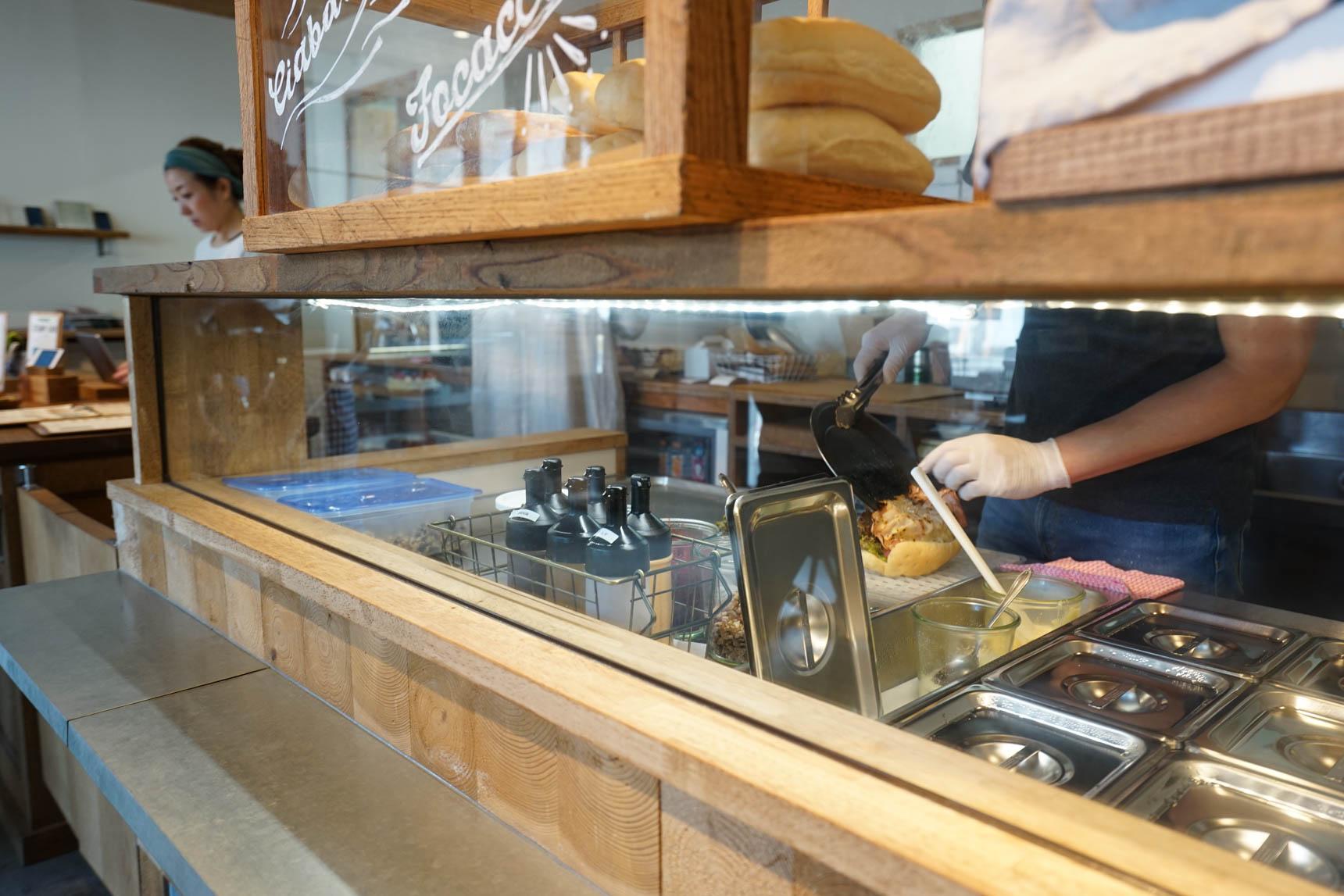サンドイッチは、注文を受けてからその場で作ってもらえます。