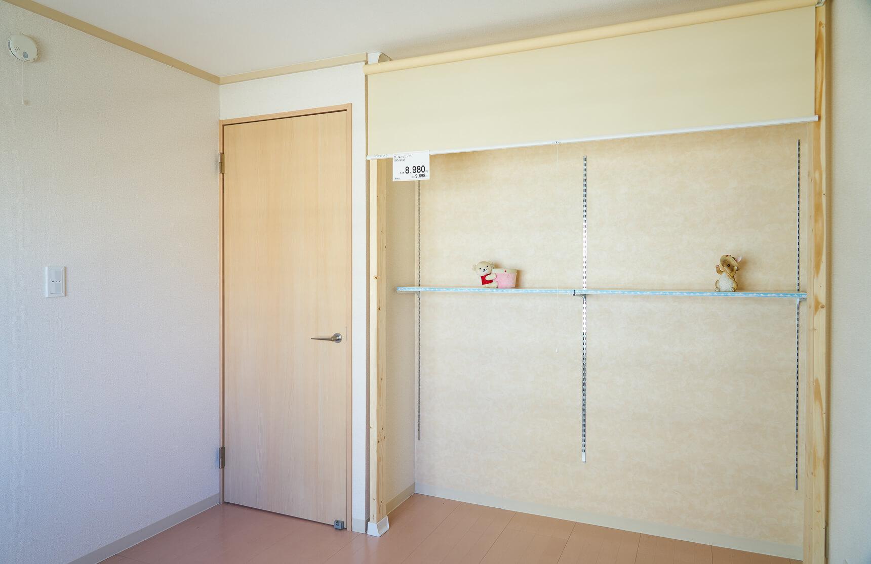 2つあるベッドルームのうちの1つは、あえて作りつけのクローゼットを無くし、自由な空間にしています。収納スペースを思い切って無くしたことで、お部屋が広く使えるようになっていました。