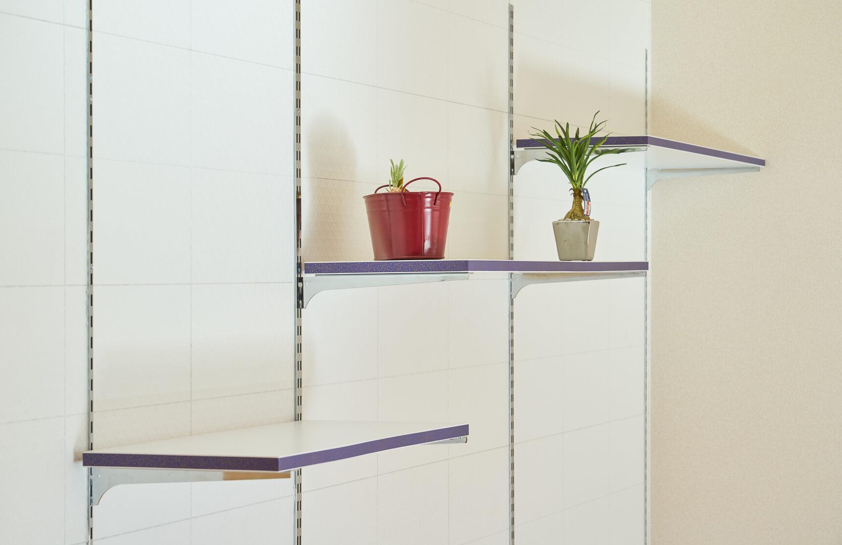 LDKの壁には、棚板を移動したり、増やしたり、自分好みにアレンジできる収納棚をセット。