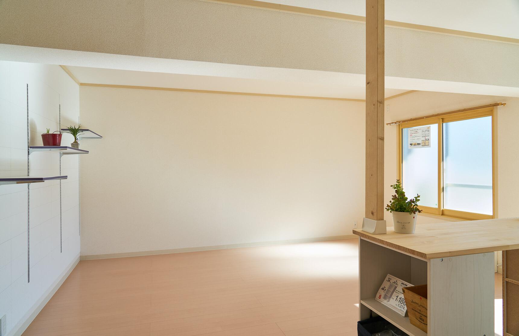 キッチン側から、振り返ってみたところ。明るく広々なリビングですよね。「壁紙も真っ白ではなくピンクベージュっぽい明るい色にしてカラーコーディネートしています」