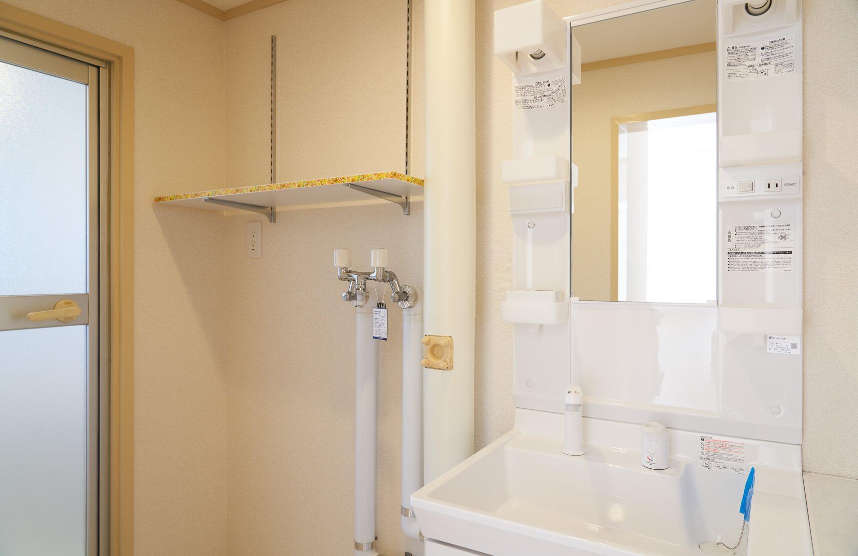 収納力が気になるお風呂前の脱衣スペース。洗濯機の上にも、可動式の収納棚があって、置きたいものに合わせて棚板が設置できるのが嬉しい。タオルを置いたり、洗剤を置いたり何かと便利ですよね。