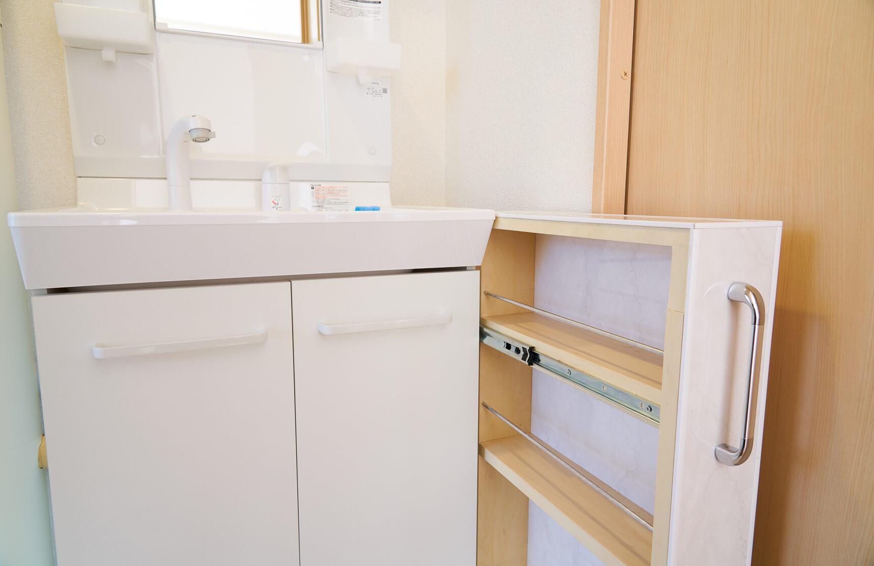 洗面台と壁の間の隙間には、DCMホーマックさん特製の隙間収納が設置されていました。スムーズに引き出して使えます。