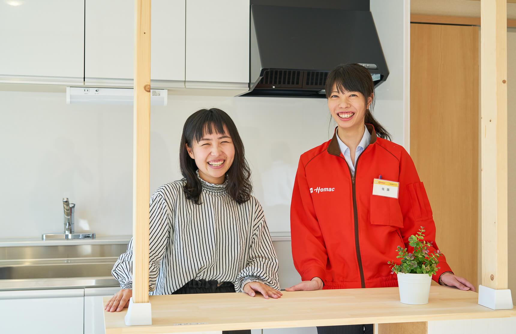 お部屋を紹介してくれたのは、UR都市機構の小川さん(写真左)とDCMホーマックの佐藤さん(写真右)