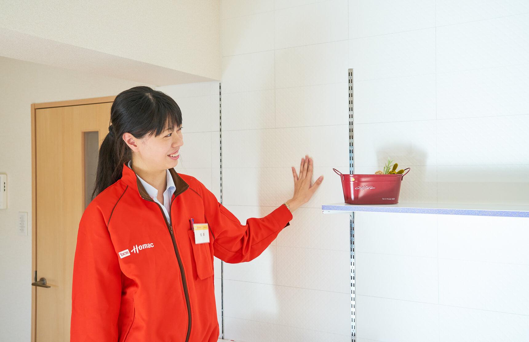 """「この壁は、調湿壁材の""""さらりあ〜と""""という素材を使っていて、湿度を調節したり、防臭の効果があるんです。キッチンって何かと匂いが出やすいですよね。防臭効果もあるので匂いがリビングに残るのを防いだり、ザラッとした素材がお部屋のアクセントにもなるので、今回採用しました」へ〜。"""