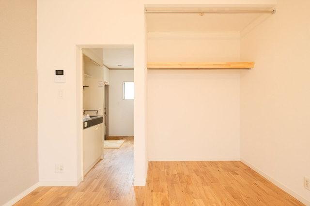狭いお部屋では、オープンタイプのクローゼットや、キッチンとの間にドアがない間取りが意外と便利。平米数に対し広く感じますし、ベッドなどの置き場所も自由が利きます。