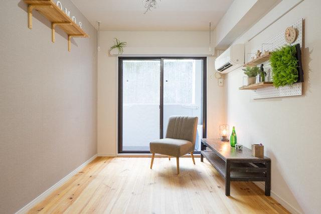 部屋を広く見せたいなら、アクセントクロスはなるべく明るい色がいいかも。