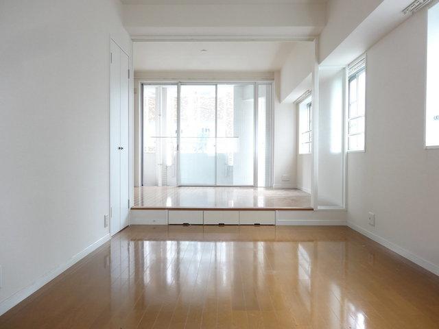 ステップフロアで空間を仕切る。スタイリッシュなお部屋です