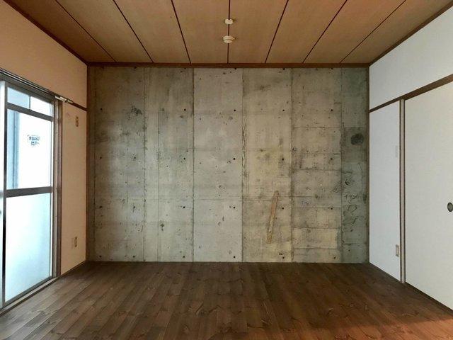 こちらは、ヴィンテージマンションのリノベルーム。打ちっ放しの壁にダークなフローリングがかっこいい。