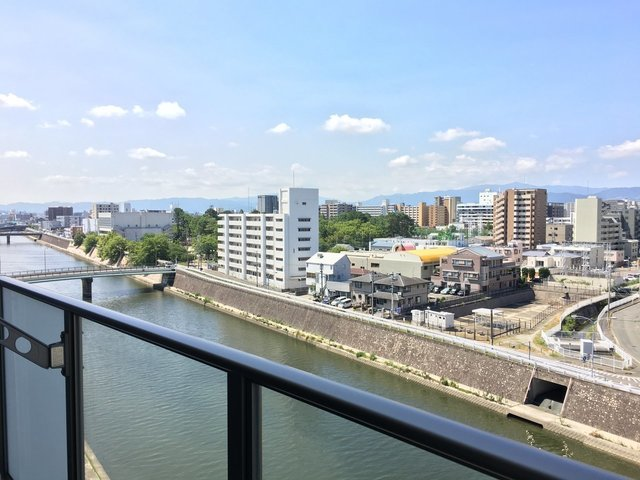 眺望重視の方にオススメの、川沿い高層マンションです。このスカッとした眺め、気持ちが良いですね