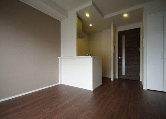 壁も床も、大人っぽい配色のコンパクト1LDK。