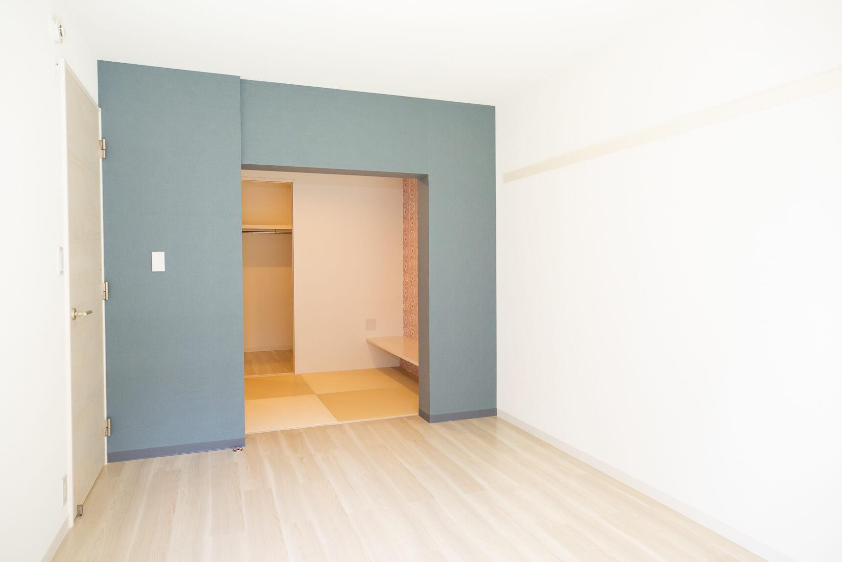 こちらは、リビングのお隣にある、ベッドルーム。奥に見えるスペースがちょっと気になりますね。