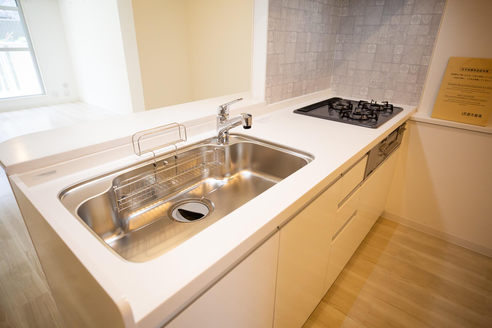 大きくて作業がしやすそうな対面キッチン!ガスコンロの周りは、デザイン性のあるキッチンパネルになっています。