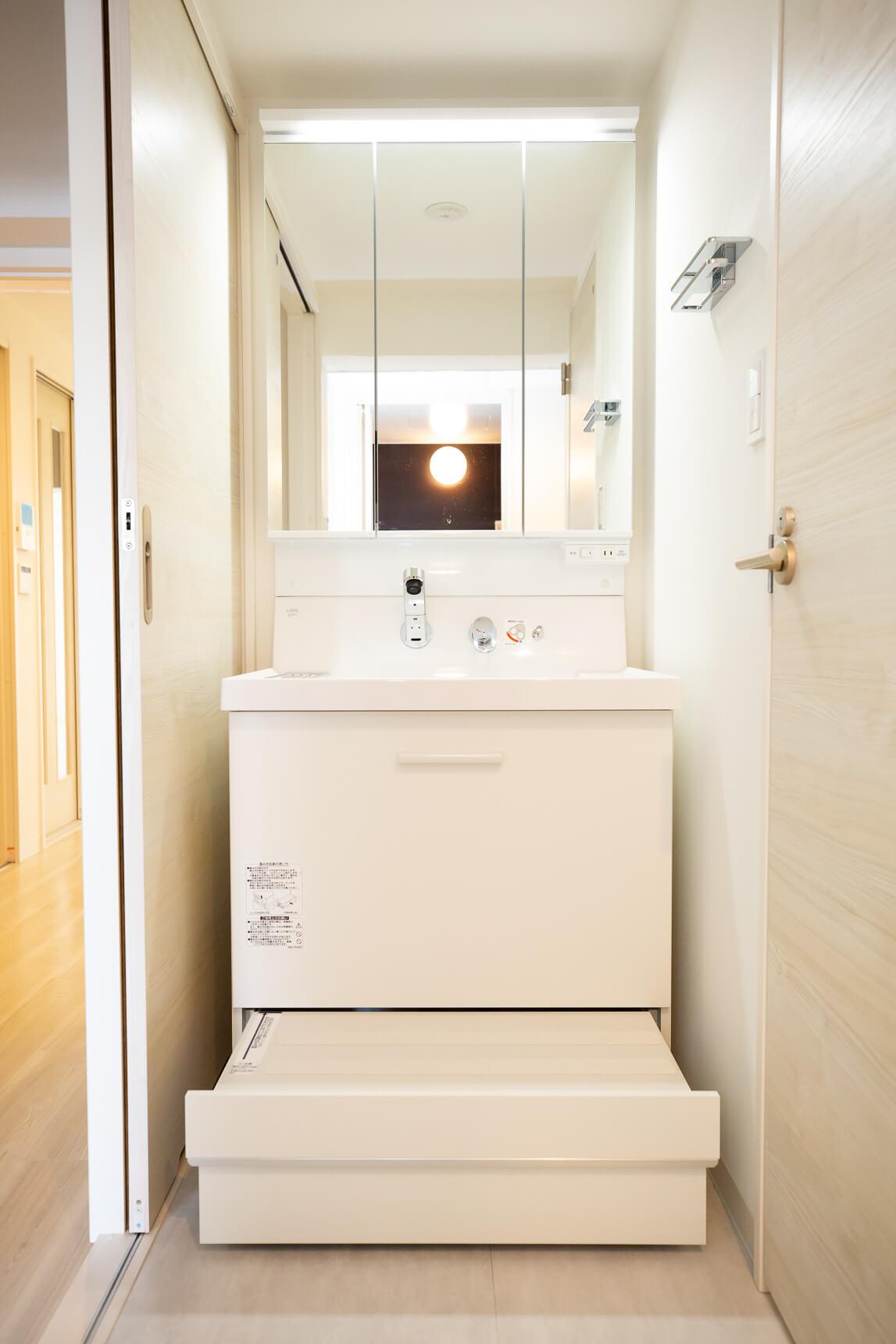 洗面台もデザインがいいですね。収納の一番下の段は、子どもが乗ることのできるステップにもなる優れもの。