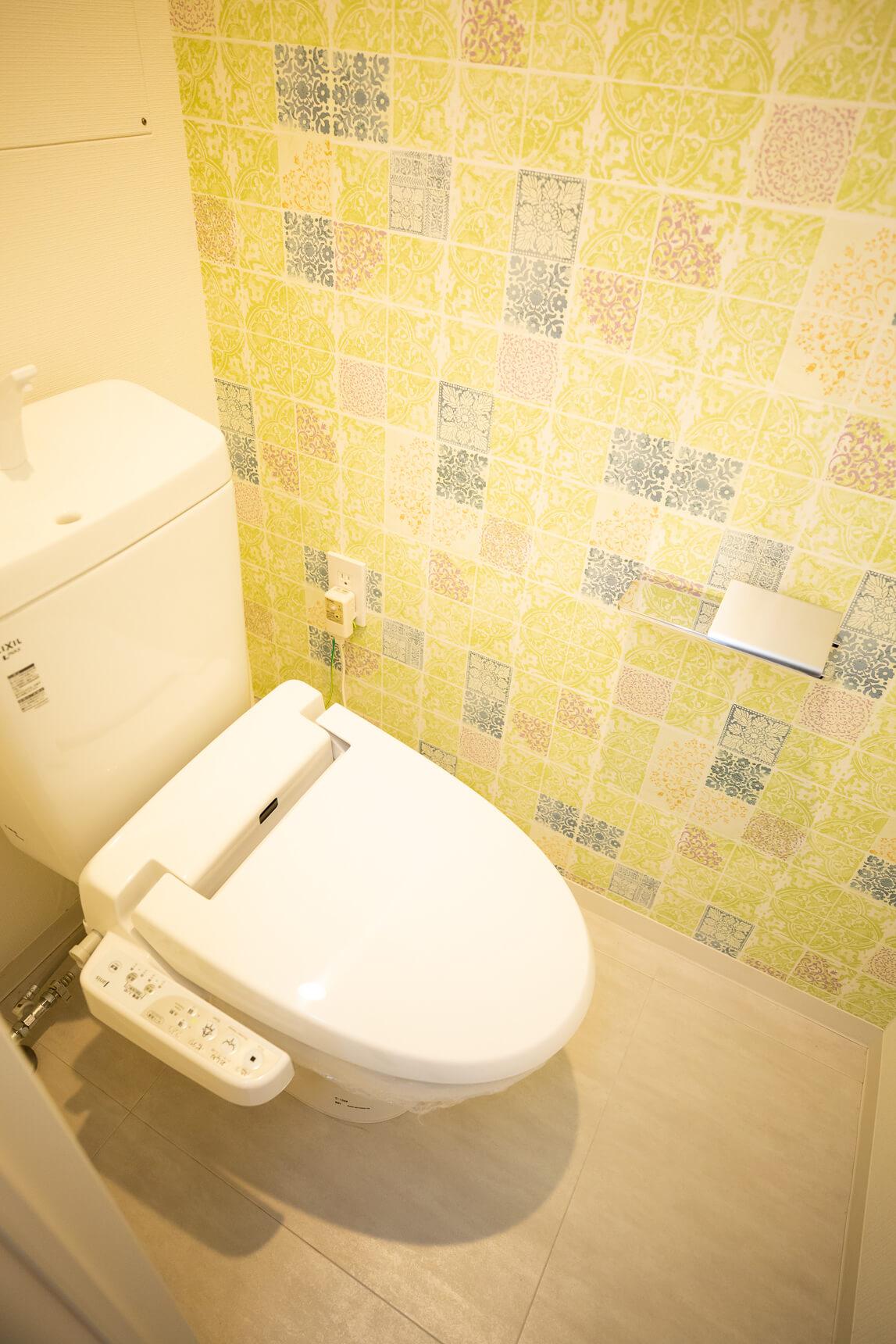 お、トイレの壁紙が可愛いですよ!温水洗浄便座も付いているなんて、なんて優秀な。