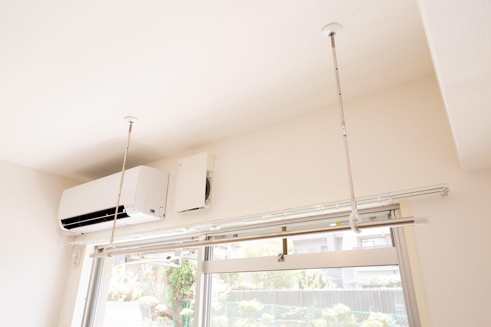 リビングの日当たりの良い場所に、室内物干し設備。