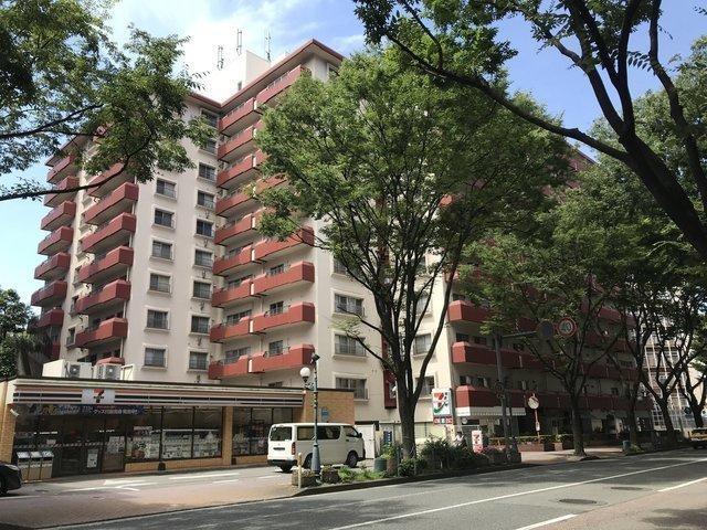 けやき通り沿いにも、おしゃれなマンションがたくさん建ち並びます