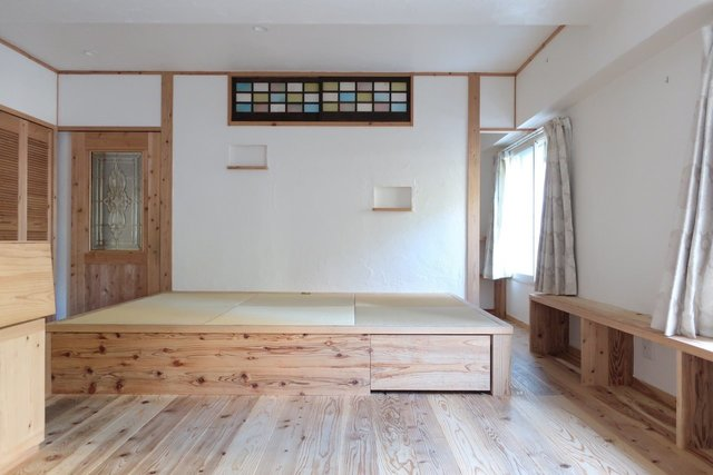寝室部分は畳の小上がりに。窓際には便利そうな収納も兼ねたローカウンターが。