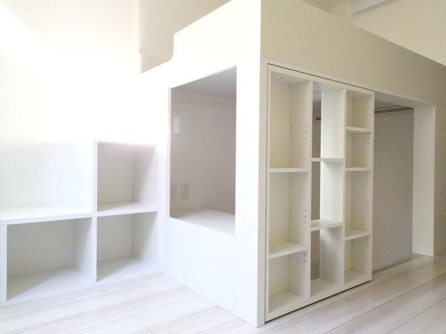 こちらは2016年築と築浅の綺麗なお部屋。収納スペースが確保できるロフトがついてます。