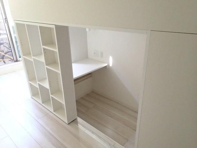 ロフトの中はこんな感じのテーブル付き。学生さんの勉強スペースにも良さそう。