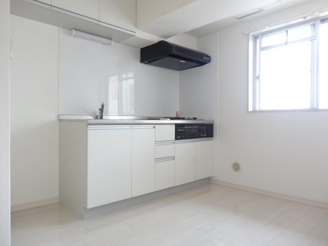 こちらは、居室と独立した4畳ものキッチンがあるお部屋。窓もあって明るいのがいいですね!