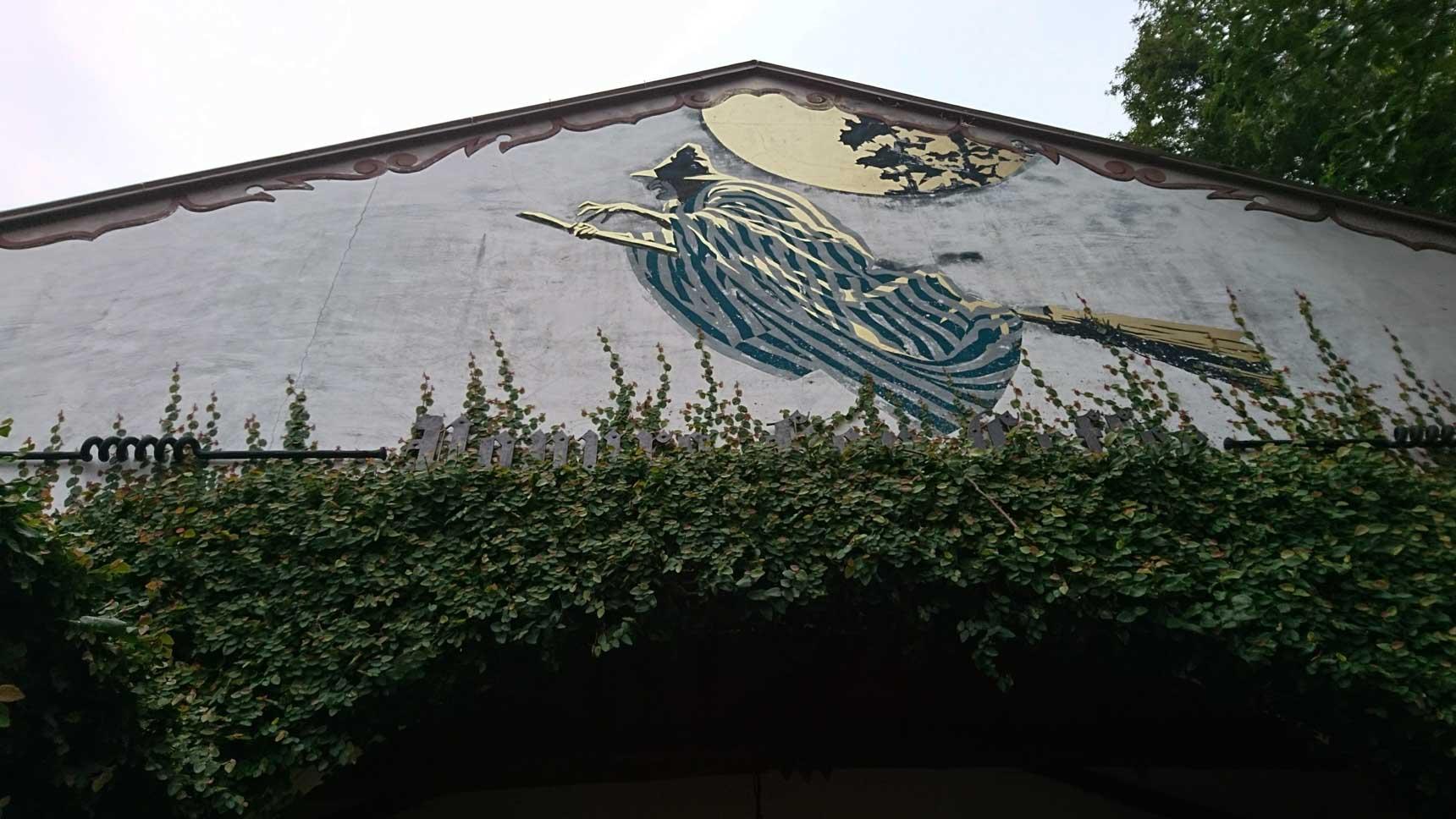 外壁に描かれた魔女の絵がお出迎え。グリム童話の「命の水」がモチーフになっているそう