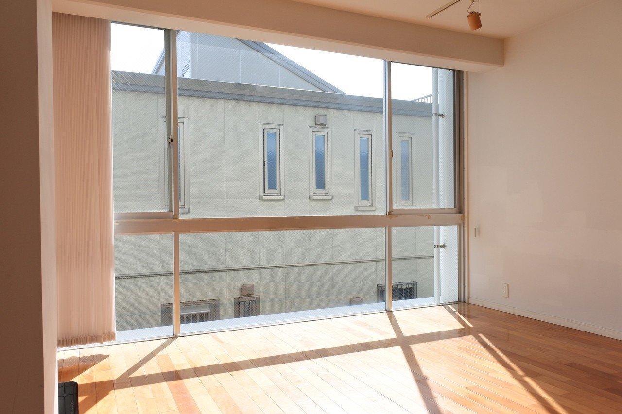 階段で3階まで。小さな戸建てに住んでるみたいなトリプレットのお部屋。全面についた窓が大きく日当たりが良いのが特徴です。