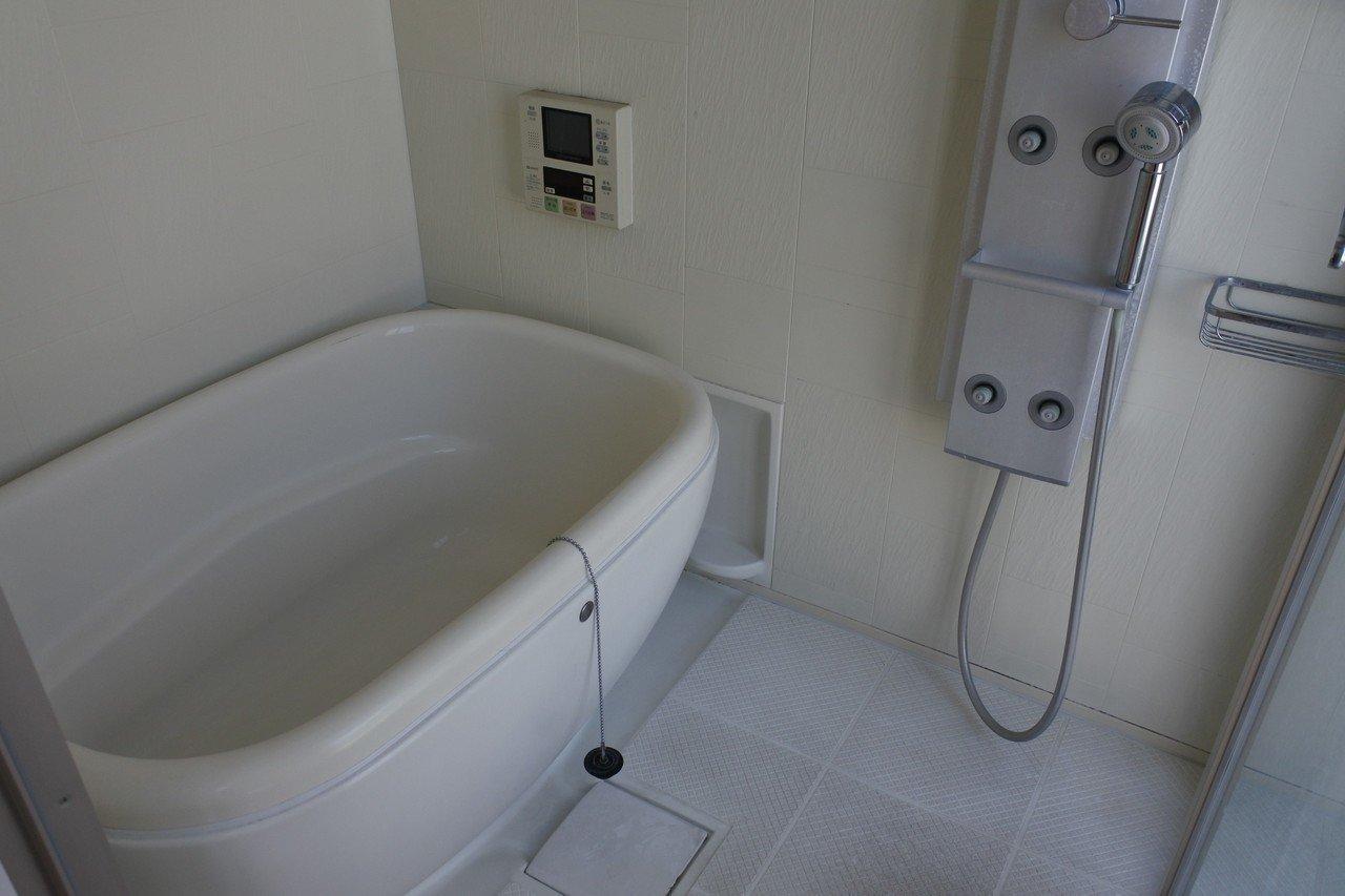 3階、バルコニーに面したお風呂、ちょっと形が可愛い。