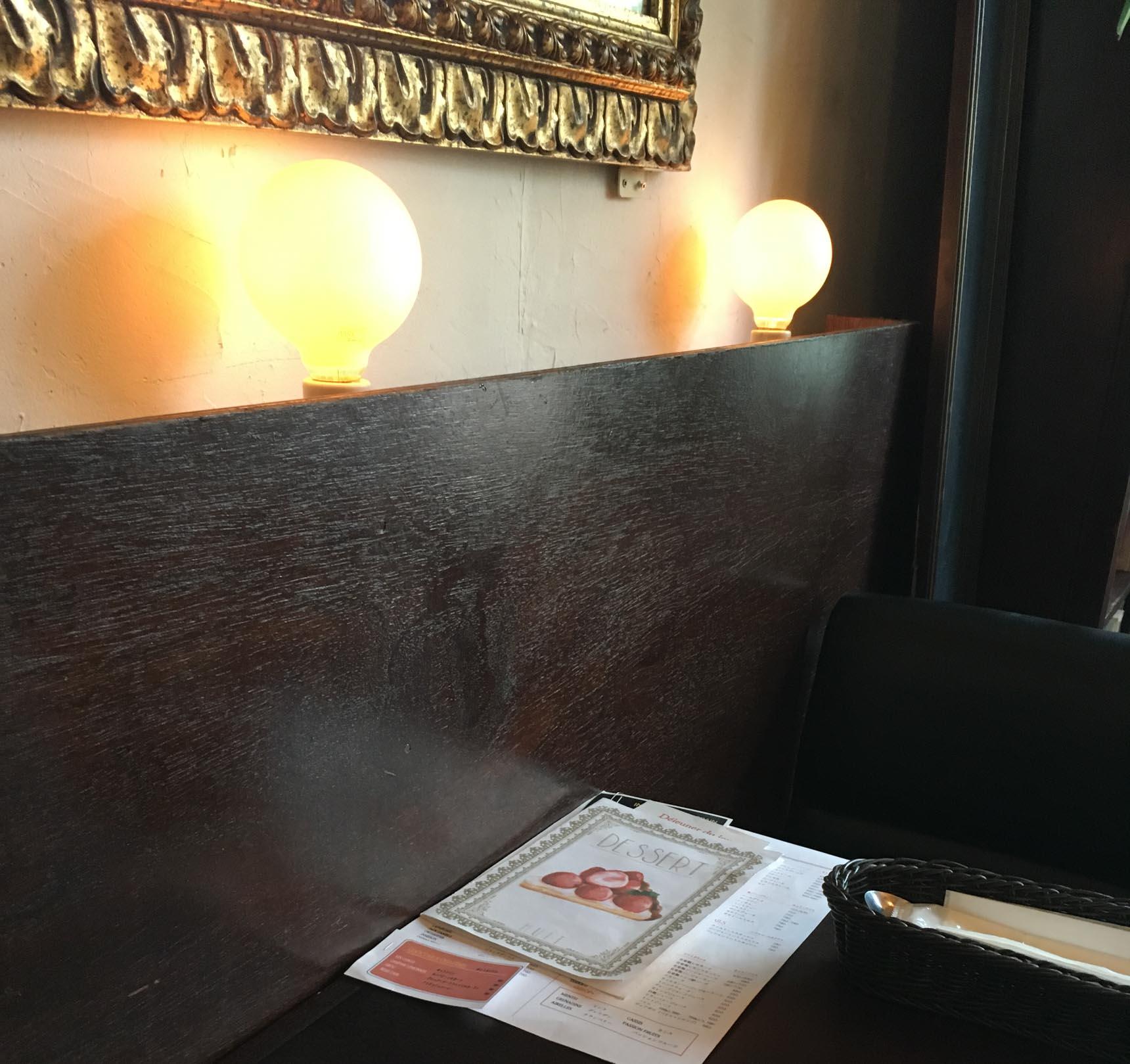 通していただいたのは壁側の席。店内の装飾も重厚な中に遊び心があって楽しい。