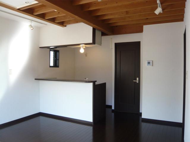 対面キッチンに、天井の木の梁、ダークなフローリング。これだけでも十分かっこいいデザイナーズのお部屋ですが
