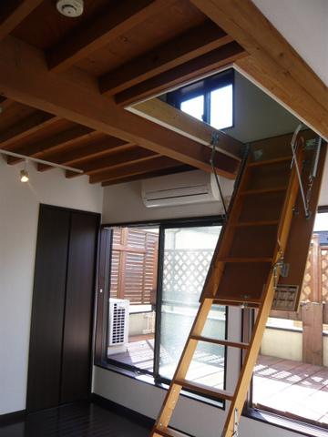 おお、天井から梯子が出てきた!
