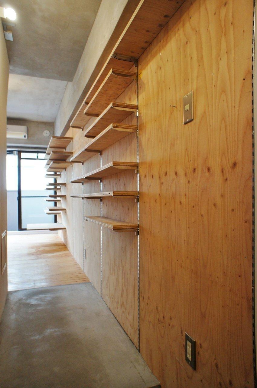 玄関からずーっと棚です。棚板を増やすこともできますが、載せすぎには注意。