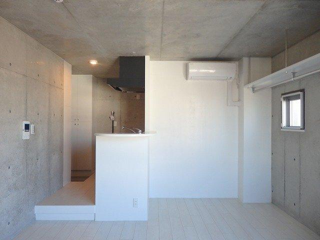 こちらは、洋服好きのおしゃれさんにオススメしたいお部屋。コンクリ打ちっ放しに白の壁、インスタ映えしそう