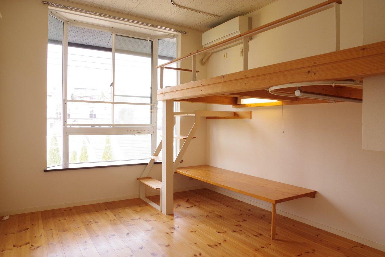 小さなお部屋ですが、ベッドとテーブルがついているので家具がいらない、と考えるとお得です