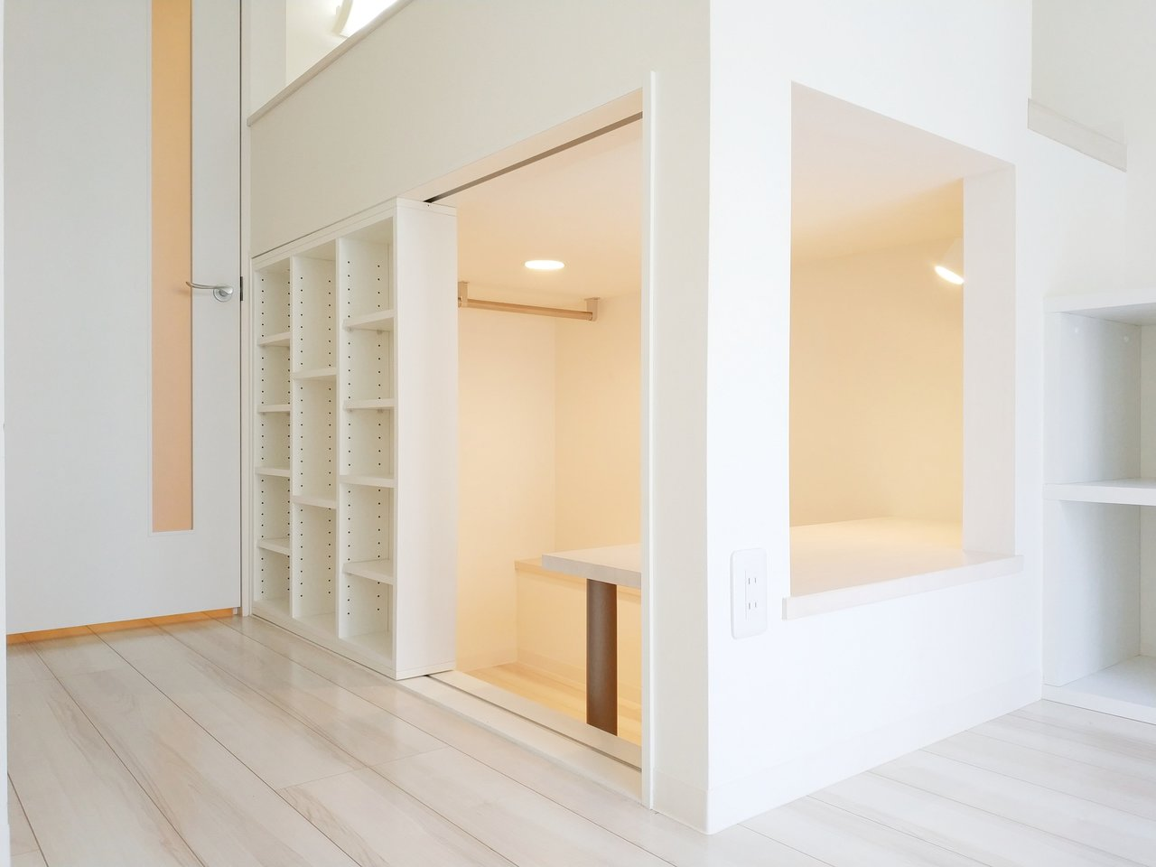 ベッド下には、本棚に使えそうな小さな棚やテーブルまで。