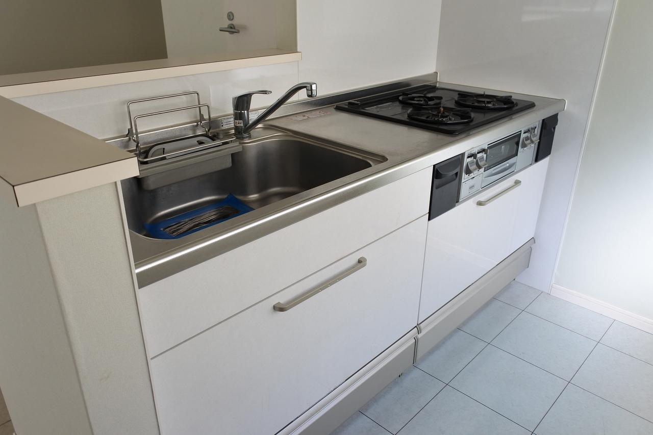 こちらのお部屋、ワンルームながら、キッチンがとてもゴージャスなんです。ガス3口にグリルつき!
