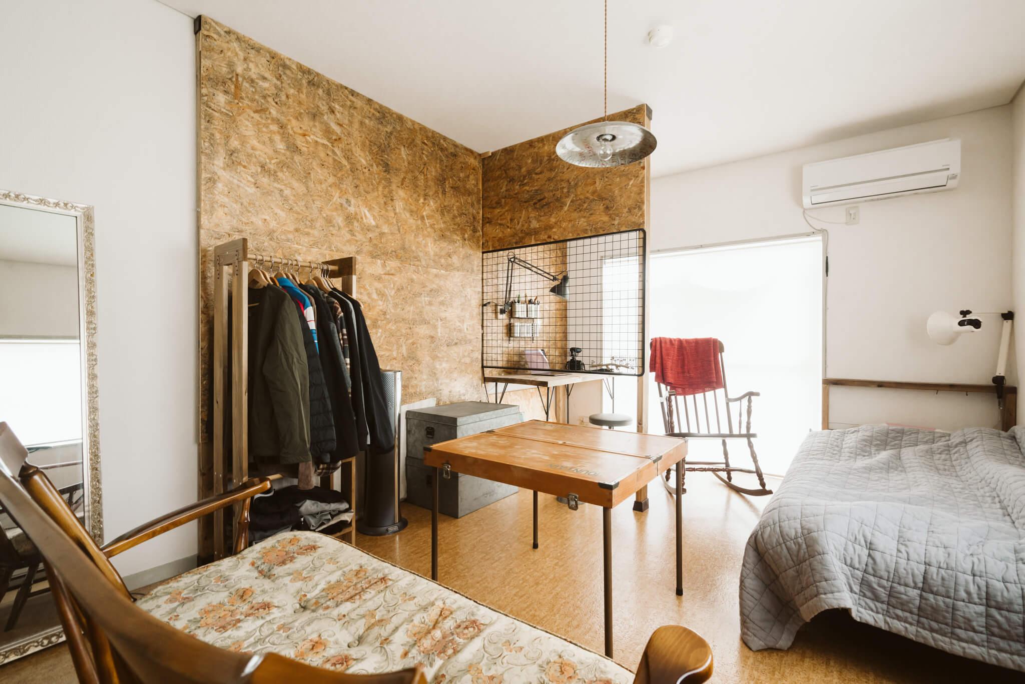 1階でも、窓が多いため明るい室内。壁にはディアウォールを利用して柱を立て、ホームセンターで気軽に手に入るサブロク板で壁を作っています。木目の雰囲気がおしゃれで、まるでデザイナーズのお部屋のよう。