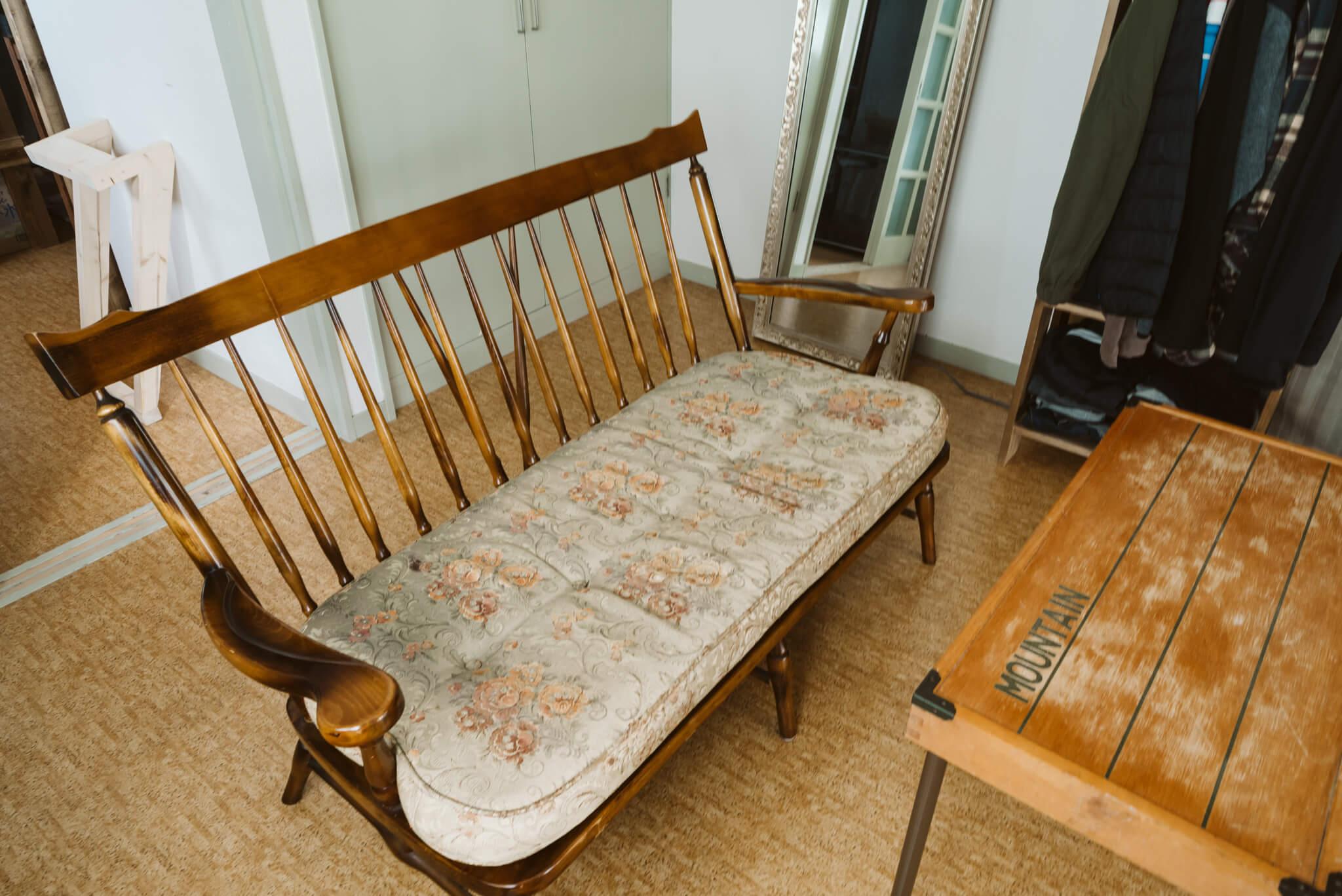 部屋の印象をグッと深みのあるものにしているヴィンテージのソファはカリモクのもの。