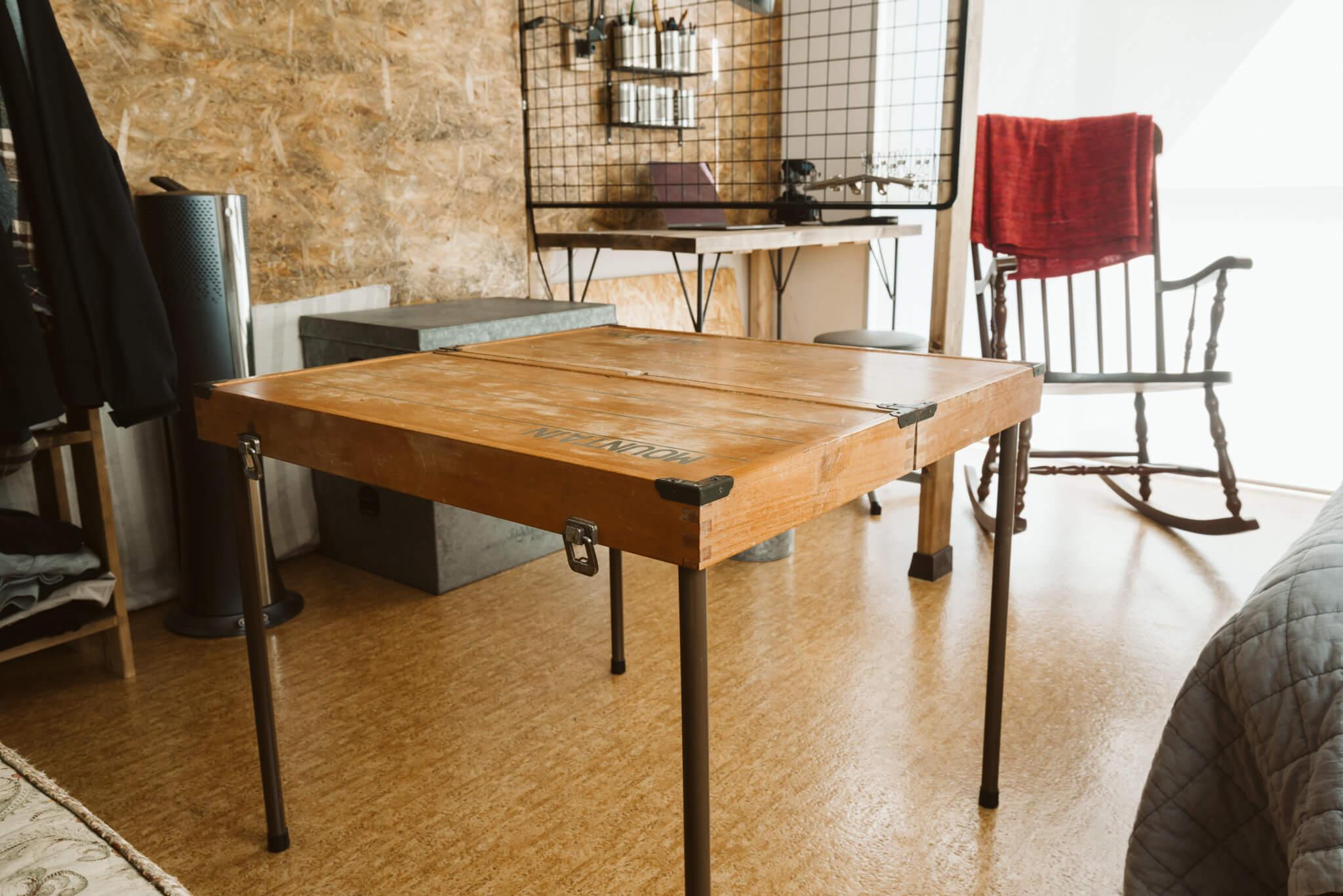 テーブルは、ヴィンテージのキャンプ用品。折りたたんでセットのチェアも収納できるようになっています。