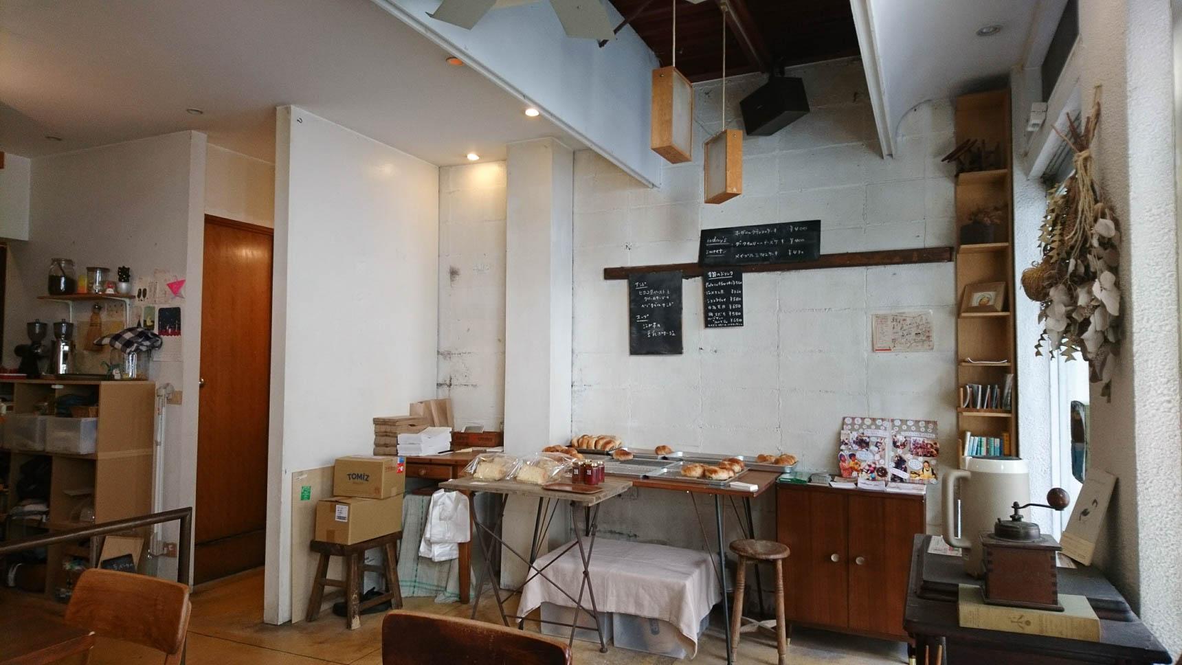 木の家具を中心に、ぬくもりのある雰囲気の小さなお店です