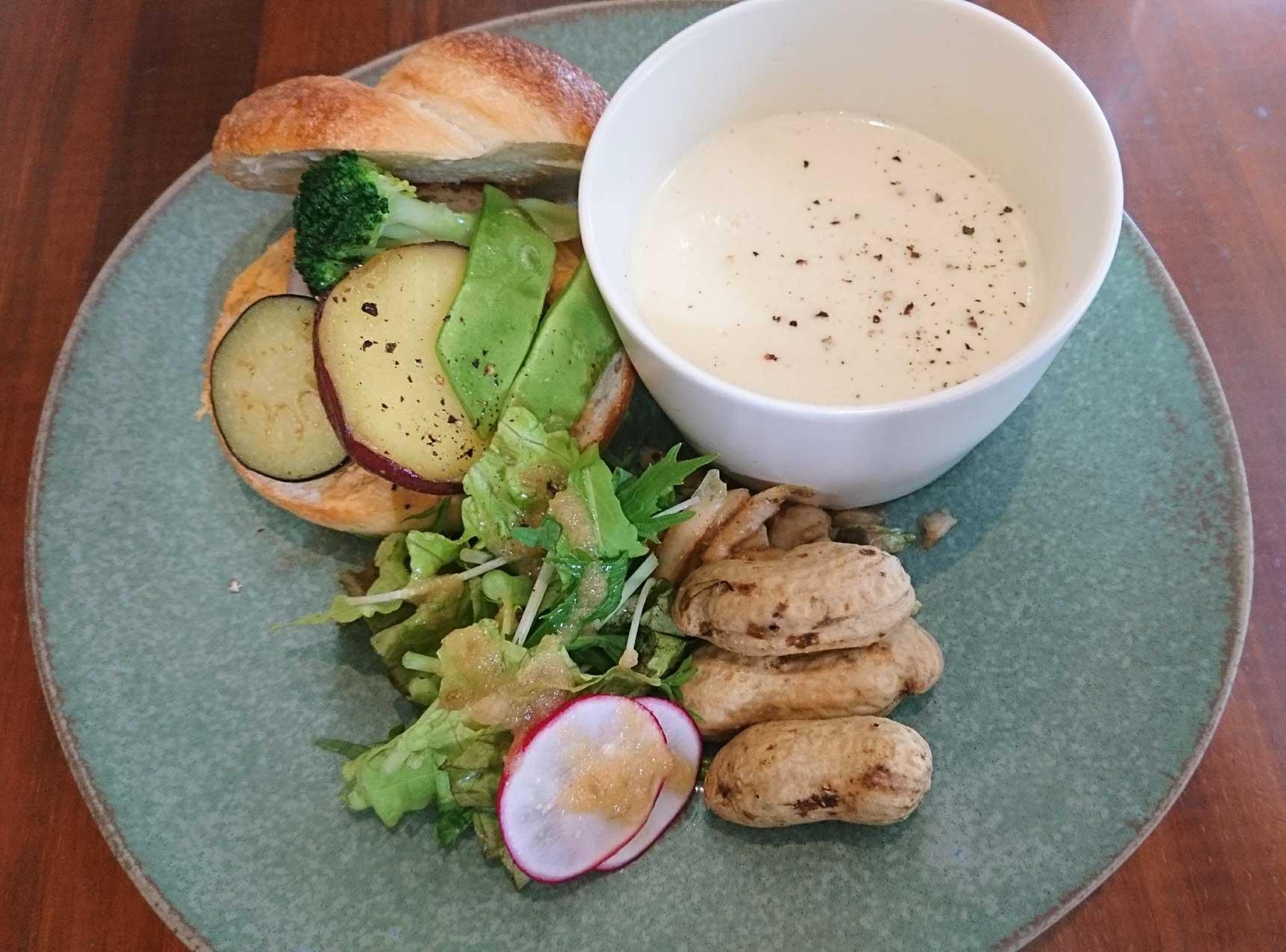 蒸し野菜をサンドしたベーグルに、ポタージュ、そしてサラダがついたランチセット。