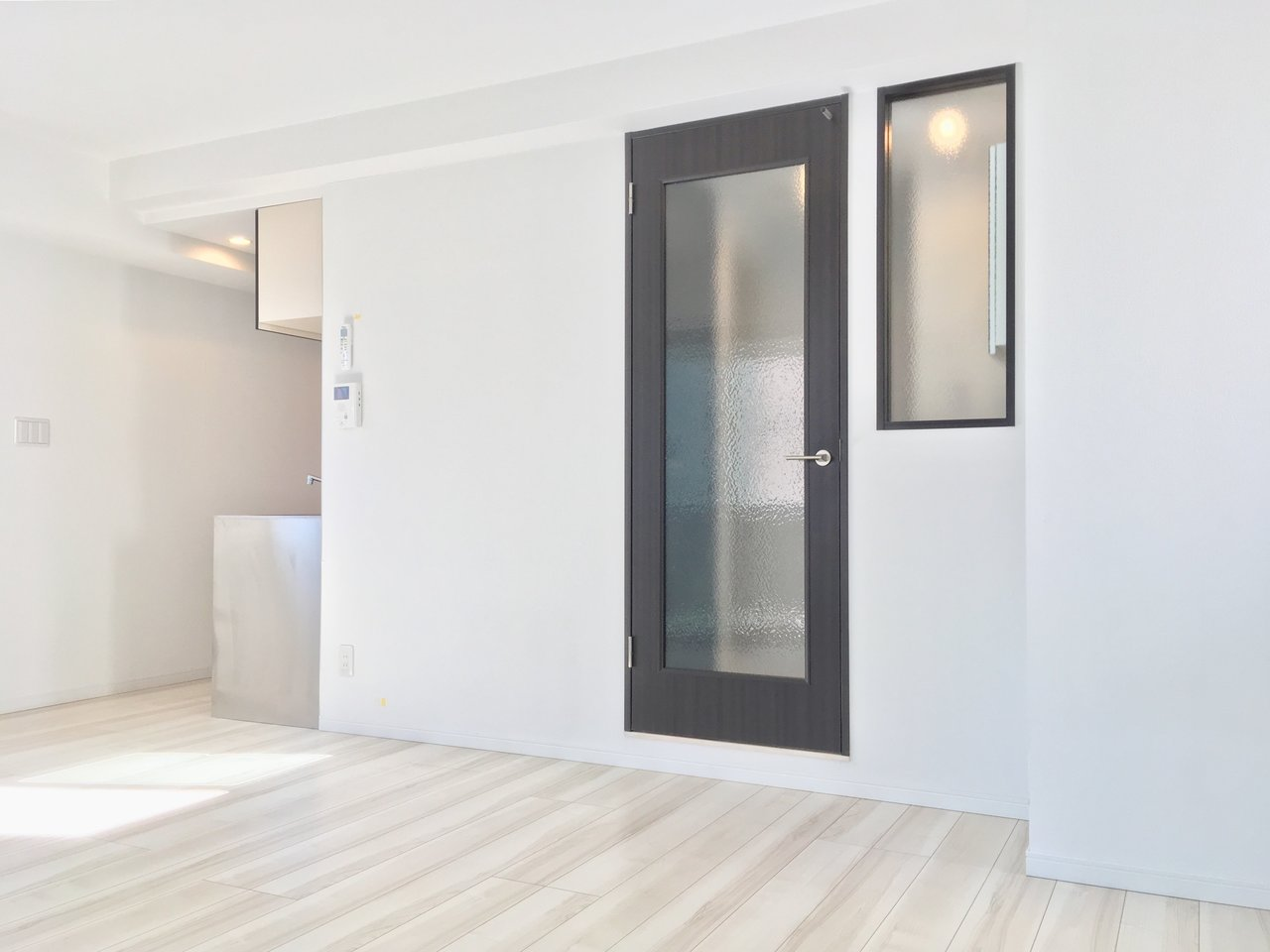 白を基調に、建具にはアクセントにダークグレーが用いられたお部屋。モダンなインテリアが似合いそう。