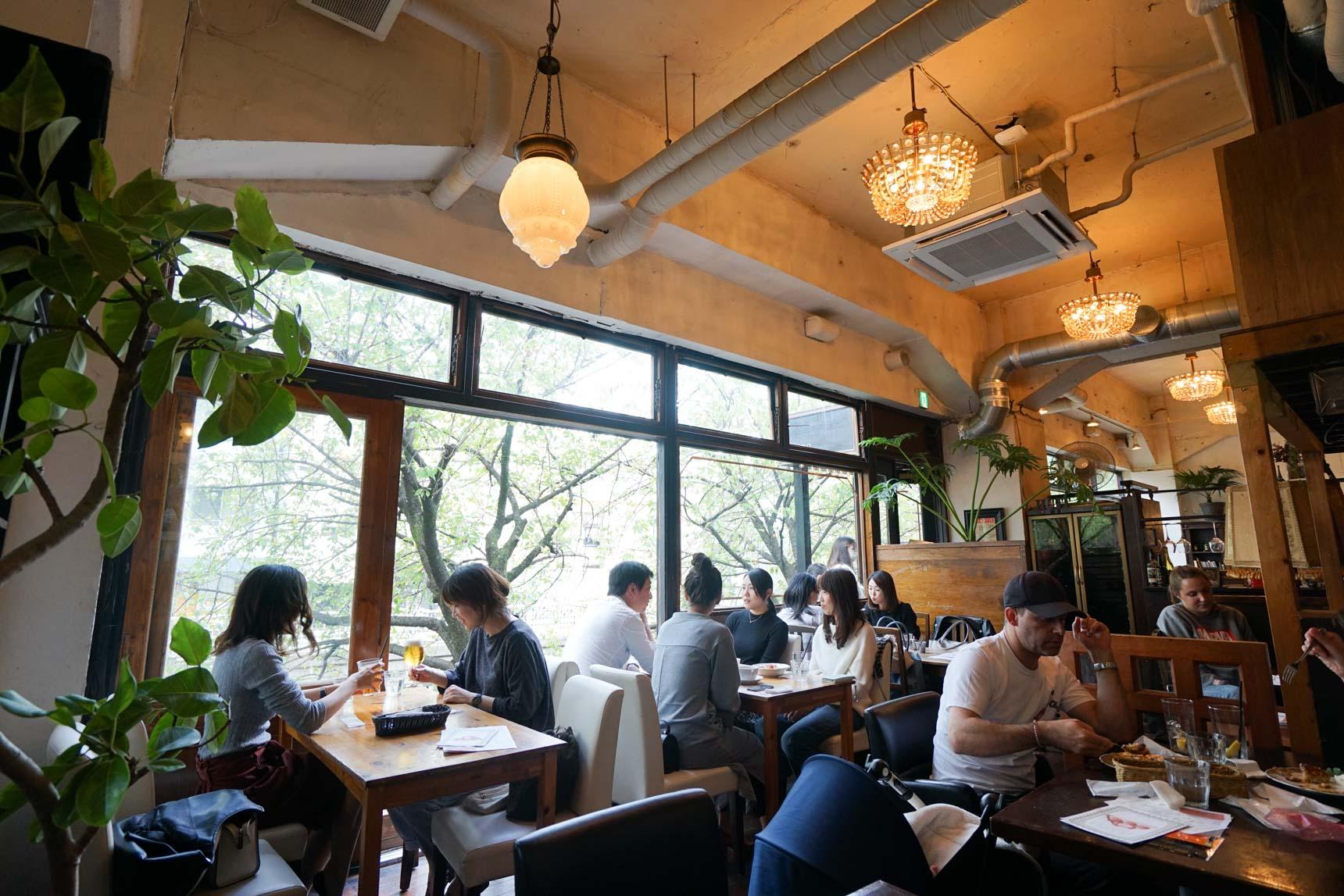 川沿いのおしゃれなカフェ巡りがふたりの休日の恒例になりそう(中目黒のカフェ『HUIT』で、目黒川の緑を眺めながら休日ランチ)