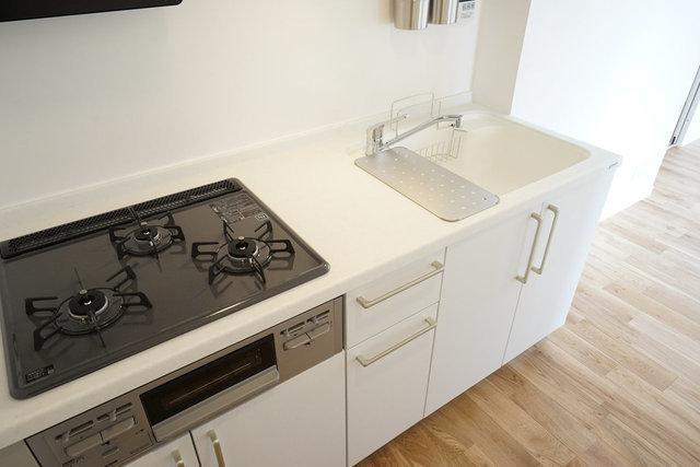使いやすいと評判の真っ白なキッチンはガス3口で機能十分!